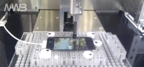 Robot testa smartphone