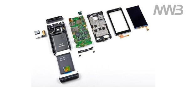 Apriamo Nokia N8 e scopriamone il contenuto