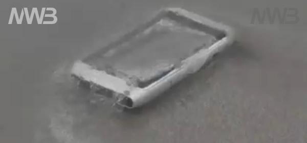 Nokia N8 cade in acqua di mare